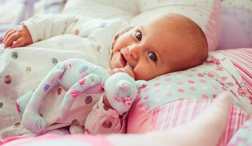 ¿Cuándo un bebé debe dormir con almohada?