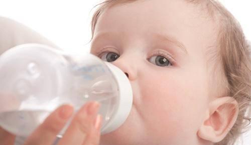 ¿Por qué los bebés no deben beber agua antes de los 6 meses?