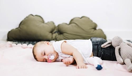¿cuándo un bebé aprende a dormir solo?