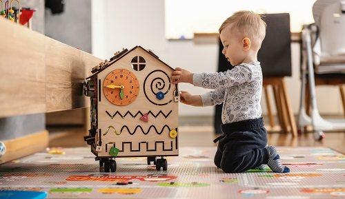 Beneficios de los cubos de actividades para el desarrollo del bebé