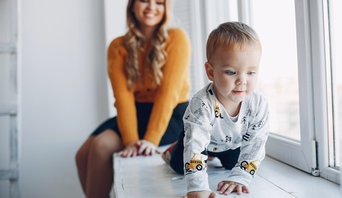 ¿cuándo un bebé comienza a gatear?