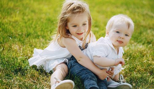 Mechón de pelo blanco en bebés