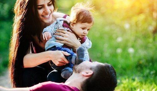 Cómo y por qué invertir los apellidos del bebé