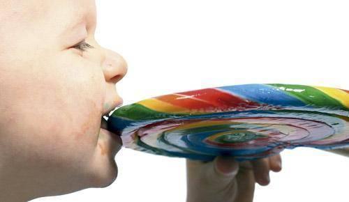 El peligro del azúcar para los niños va más allá de la caries