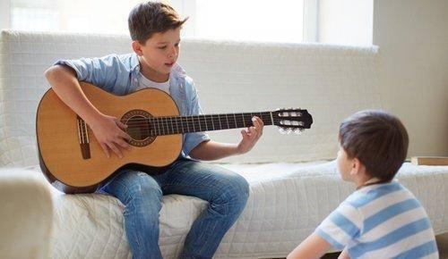 Cómo enseñar guitarra a los niños