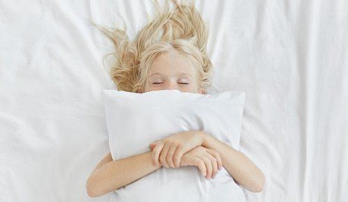 ¿por qué hay bebés y niños que se mueven mucho al dormir?