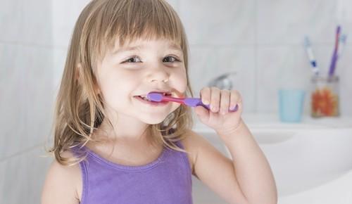 Trucos para cuidar los dientes de los niños cuando viajamos