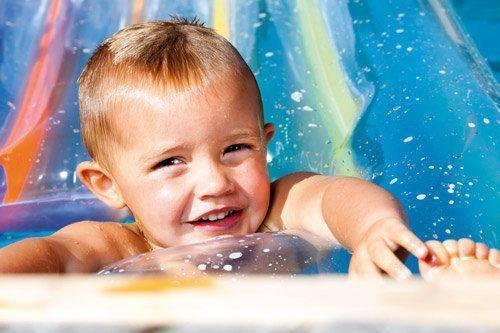Cómo proteger a los niños del cloro de la piscina