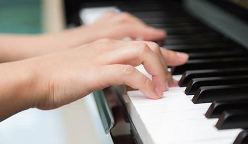 Cómo enseñar piano a un niño