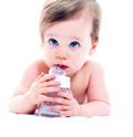 secciones alimentacion bebe El agua es la sustancia más abundante en el cuerpo humano, pero no es sólo abundante sino que resulta esencial para la vida pues los procesos metabólicos ocurren en un medio acuoso.