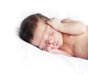¿Por qué los recién nacidos se asustan cuando duermen?