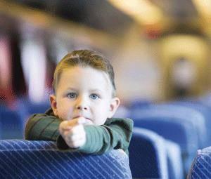 ¿Pueden viajar los niños solos en tren?