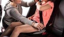 ¿Por qué es importante usar un alzador en cualquier trayecto con el coche?