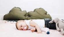 ¿Un bebé puede dormir con chupete?