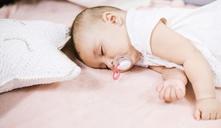 ¿Cómo conseguir que el bebé agarre el chupete?