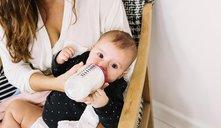 ¿Cómo conseguir que el bebé agarre el biberón?