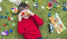 ¿A qué edad juegan solos los niños?