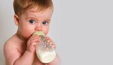 Consejos para que el bebé agarre el biberón