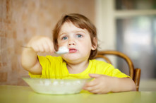 ¿A qué edad puede comer un bebé arroz?