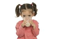¿A qué edad es recomendable dar leche de vaca al bebé?