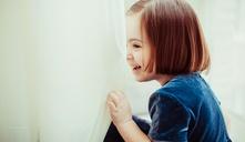 Valores como la amabilidad o el altruismo hacen que los niños crezcan más felices