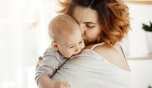 Los bebés muestran respuestas fisiológicas específicas a los abrazos de los padres