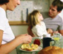 Cómo enseñar a comer solo a un niño