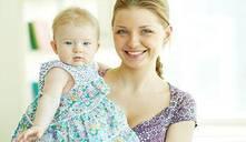 Los beneficios de llevar en brazos a tu bebé