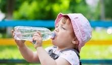 Enseñar al bebé a tomar agua en vaso