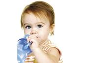¿Cuándo un bebé debe empezar a tomar agua?