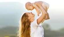 ¿por qué los bebés quieren estar en brazos?