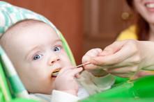 ¿En qué mes puede empezar a comer un bebé?